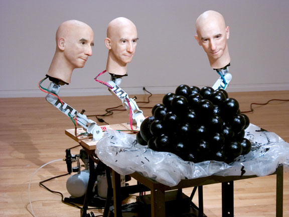 Las tres cabezas discuten la naturaleza de lo que ven.